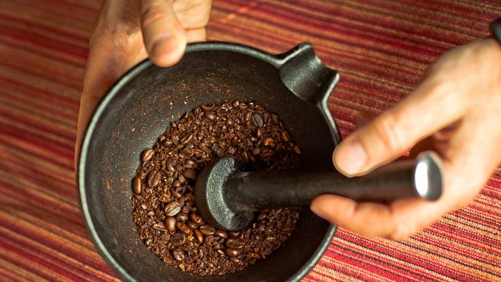кофе толкут пестиком в ступке